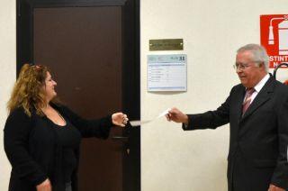 Monica Finco e Giorgio Blasco scoprono la targa dell'aula dedicata a Guido Novello, il loro Maestro